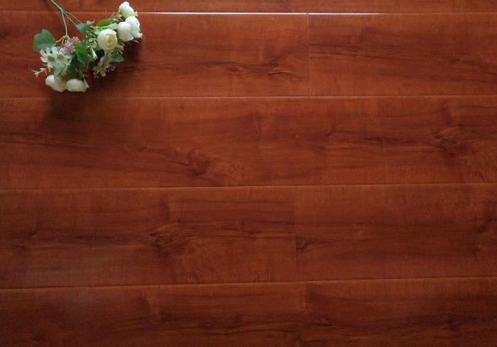 怎么选购强化复合木地板?跟着木地板厂家的老师傅学一学